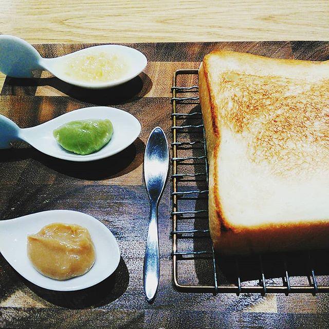本日お休みいただいております、買い物帰りの寄り道「嵜本」さんでトースト&三種のジャムをいただきました。ピスタチオが濃厚で美味しい!#平野区 #パン屋 #鉄工所リノベーション #嵜本