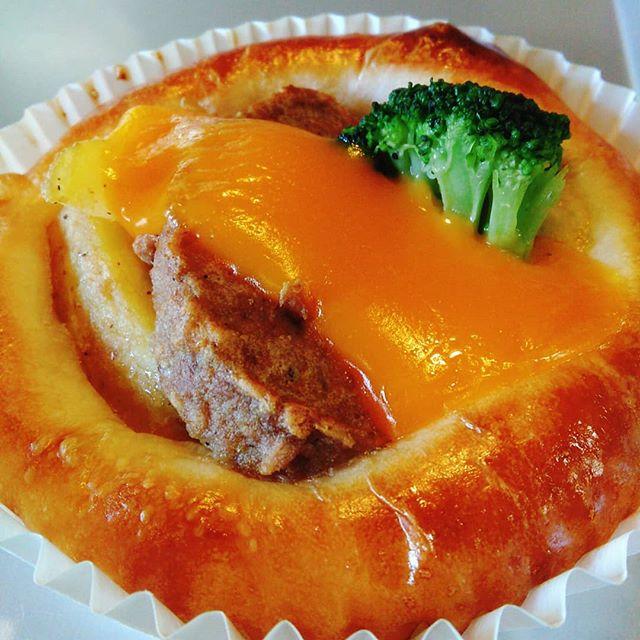 おはようございます。冷たい日が続きますね冬のお惣菜パン「まんぞくチーズバーグ」これ1つでしっかり朝ご飯にも本日も皆様のご来店お待ちしております。#平野区 #パン屋 #鉄工所リノベーション #お惣菜パン #チーズバーグ