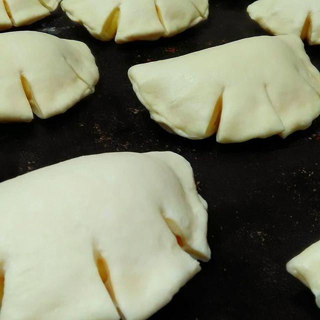 GO to BAKERYの人気メニュー「クリームパン」今日も焼き上がりました!本日も皆様のご来店お待ちしております。#平野区 #パン屋 #鉄工所リノベーション #成形→ホイロ→焼成