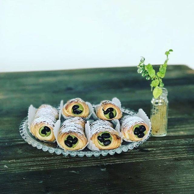 おはようございます。本日より『抹茶大納言』販売します。濃厚な抹茶クリームとサクサクデニッシュを合わせました冷たく冷やしても美味しいです。#平野区 #パン屋 #鉄工所リノベーション #新商品 #抹茶スイーツ #抹茶 #大納言小豆