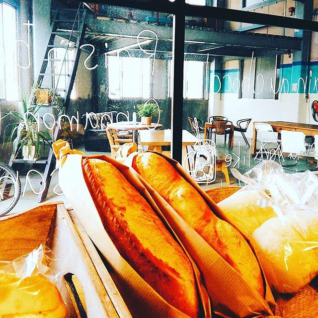 おはようございます。こう暑さ続くと食欲も落ちますね、GO to BAKERYでは小さなサイズのフランスパン『食べきりバゲット』も焼いてます、残る心配のないサイズで好評です本日も皆様のご来店お待ちしております。#平野区 #パン屋 #リノベーション #フランスパン