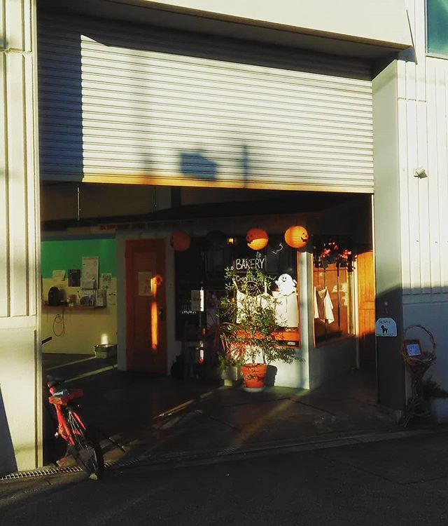 これからの季節はお昼以降シャッターが半分閉まっていることが多くなりますが、営業中です!西日対策ですので、ずずいとお入り下さい。本日も皆様のご来店お待ちしております。#平野区 #パン屋